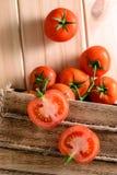 Närbild av nya mogna tomater på träbakgrund Top beskådar Royaltyfria Bilder