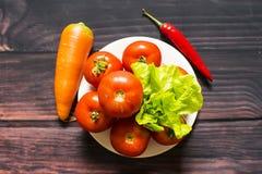 Närbild av nya mogna tomater på wood bakgrund Royaltyfri Bild