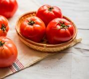 Närbild av nya mogna tomater på wood bakgrund Royaltyfria Bilder