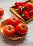 Närbild av nya mogna tomater på wood bakgrund Arkivfoton