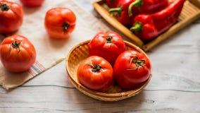 Närbild av nya mogna tomater på wood bakgrund Royaltyfri Foto