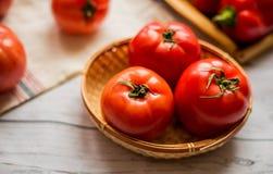 Närbild av nya mogna tomater på wood bakgrund Arkivbild