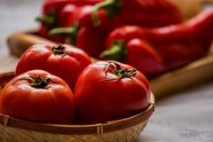 Närbild av nya mogna tomater på wood bakgrund Fotografering för Bildbyråer