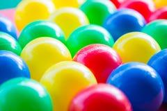 Närbild av olika kulöra bollar med suddig bakgrund fotografering för bildbyråer