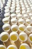 Närbild av pappers- koppar av vatten för löpare i Marine Marathon, Washington, D C Arkivfoto