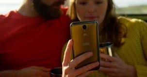 N?rbild av par genom att anv?nda mobiltelefonen p? en solig dag 4k arkivfilmer