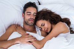 Närbild av par som sover på säng Arkivfoton