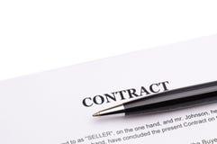 Närbild av pennan på avtal Royaltyfri Bild