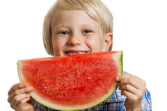 Närbild av pojken som ler bak vattenmelon Arkivfoto
