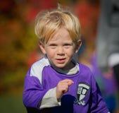 Närbild av pojken som spelar fotboll Royaltyfri Bild