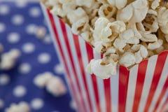 Närbild av popcorn med 4th det juli temat Royaltyfria Foton