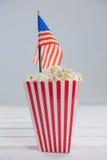 Närbild av popcorn med 4th det juli temat Arkivfoton