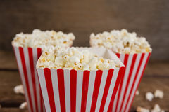 Närbild av popcorn som är ordnad med 4th det juli temat Arkivbild