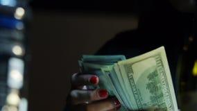Närbild av räknande hundra räkningar för en dollar stock video
