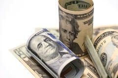 Närbild av räkningar för räkningar för US dollar för 20 och 100dollar, arkivfoto