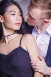 Närbild av romantiska par som ser de i hus Royaltyfria Bilder