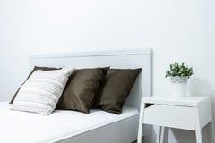Närbild av säng Arkivfoton