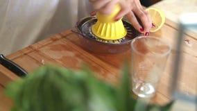 Närbild av sammanpressning av citronen på pressen stock video