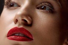 Närbild av skönhetkvinnaframsidan med härlig makeup och röda kanter Royaltyfri Foto