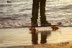 Närbild av skateboardersfoten royaltyfria bilder