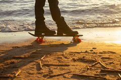 Närbild av skateboardersfoten royaltyfri foto