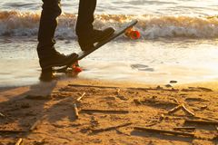 Närbild av skateboardersfoten arkivfoto