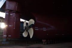 Närbild av skepppropellern i torr-skeppsdocka royaltyfri bild