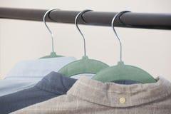 Närbild av skjortor som hänger på hängare Arkivfoto