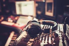 Närbild av skrivbordet för kontroll för inspelningstudio arkivbilder