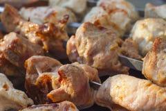 Närbild av smakliga kebaber på steknålar Arkivfoton