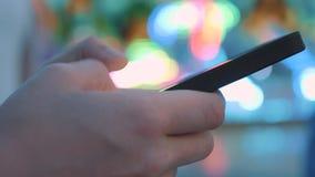 Närbild av sms för en handmaskinskrivning på en smartphone Direktanslutet surfa i sociala nätverk Meddela med att använda för vän stock video
