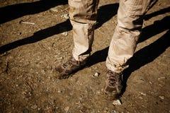 Närbild av smutsiga trekking kängor Arkivfoto