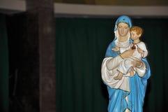 Närbild av statyetten med bild av vår dam som rymmer pojken Jesus i den Santuario das Almas kyrkan, i den kust- staden av salpete fotografering för bildbyråer