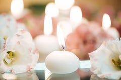 Närbild av stearinljus och blommor Royaltyfria Foton