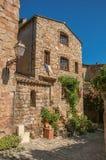 Närbild av stenhusfasaden med vindan i en gränd på den Les Arcs-sur-Argens Royaltyfri Fotografi