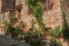 Närbild av stenhusfasaden med vindan i en gränd på den Les Arcs-sur-Argens Royaltyfria Bilder