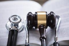 Närbild av stetoskopet och auktionsklubban royaltyfria bilder