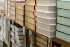Närbild av stopp av böcker, läroböcker eller fiktion i boklager, i arkiv Utbildning skola, studie, läs- fiktion Royaltyfri Bild