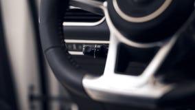 Närbild av strömbrytaren för styrhjul i en modern bil arkivbild