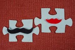 Närbild av 2 stycken av pusslet En symbolisk man med en mustasch och en kvinna med kanter Begreppet av psykologisk förenlighet Arkivbild