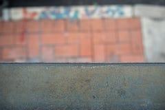 Närbild av svartstålstången på suddig fot- bakgrund arkivfoto