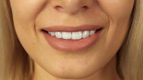 Närbild av tänder och kanter av den härliga flickan royaltyfria foton