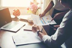 Närbild av Team Business folk som diskuterar ett finansiellt plan på royaltyfria foton