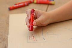 Närbild av teckningshanden med den färgrika pennan Arkivfoto