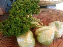 Närbild av till salu broccoli Arkivfoto