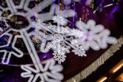 Närbild av traditionell jul eller dekorerade vita snöflingaprydnader för nytt år vita röda stjärnor för abstrakt för bakgrundsjul Royaltyfri Fotografi