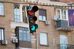 Närbild av trafikljusframdelen av byggnader av centret arkivfoton