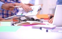 Närbild av tre unga idérika formgivare som tillsammans arbetar på projekt team arbete royaltyfri fotografi