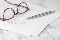 Närbild av underteckning av ett avtal Fotografering för Bildbyråer