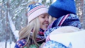 Närbild av unga älskvärda par som kysser i vinterskog lager videofilmer